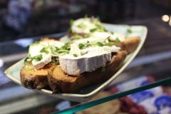 kellys-cafe-goats-cheese-crostini